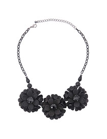 Elegant Gun Black Three Flower Pendant Decorated Short Chain Necklace